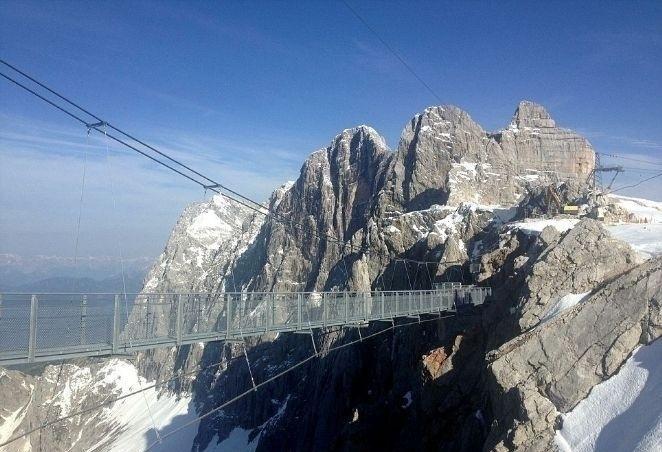 29.jul.2014 - Outro local que chama atenção dos visitantes da montanha de Hoher Dachstein é a ponte suspensa, passagem obrigatória para quem deseja chegar à plataforma de observação. O local, que possui 100 metros de comprimento, liga dois trechos das passarelas que ficam presas à encosta.