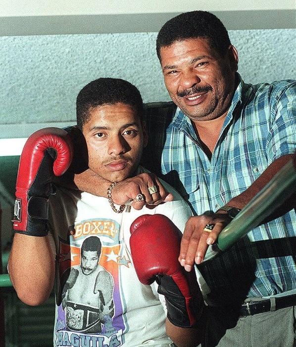 3.jan.1997 - Maguila posa com o filho Edimilson Lima dos Santos, o Maguilinha