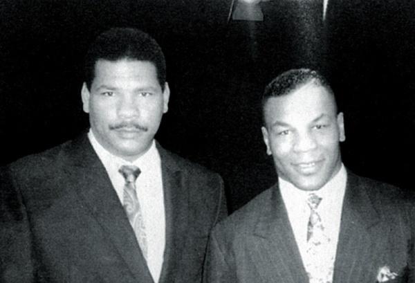 Maguila posa para foto ao lado de Mike Tyson, considerado um dos maiores boxeadores de sua geração. Em entrevista no