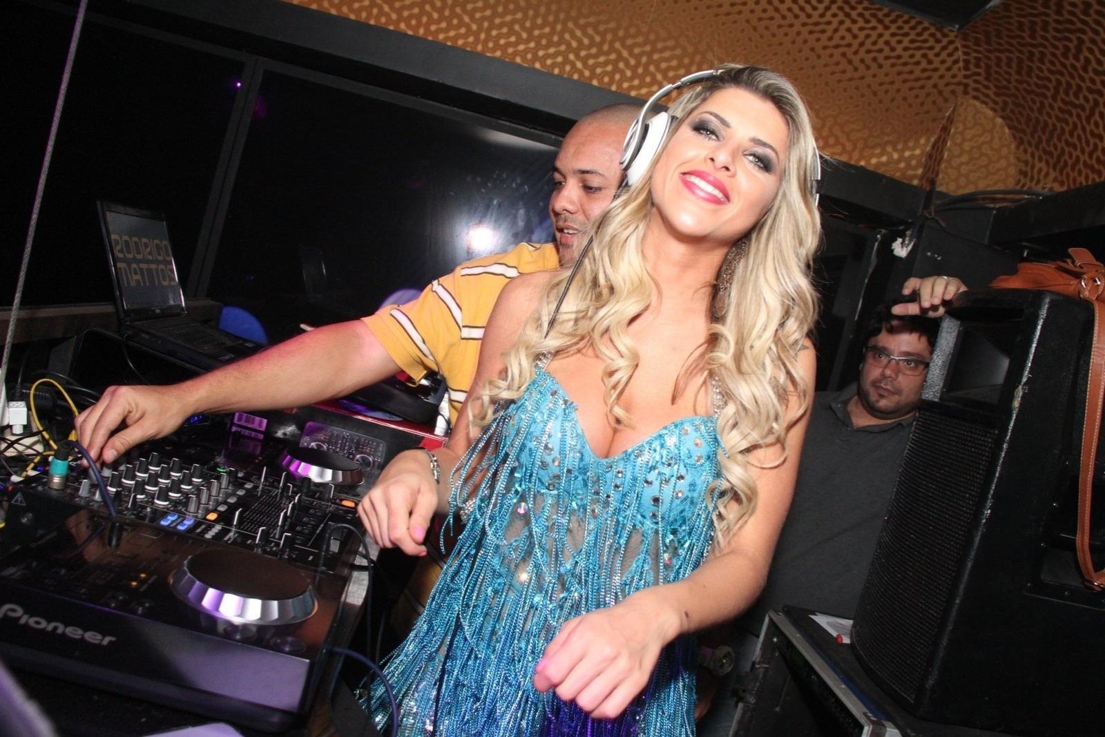 2.ago.2014 - Ana Paula Minerato até pagou de DJ durante festa da revista Sexy na boate La Passion, no Rio de Janeiro. Durante o evento, a bela foi traída pelo vestido, distribuiu autógrafos, tirou fotos e até beijou fã