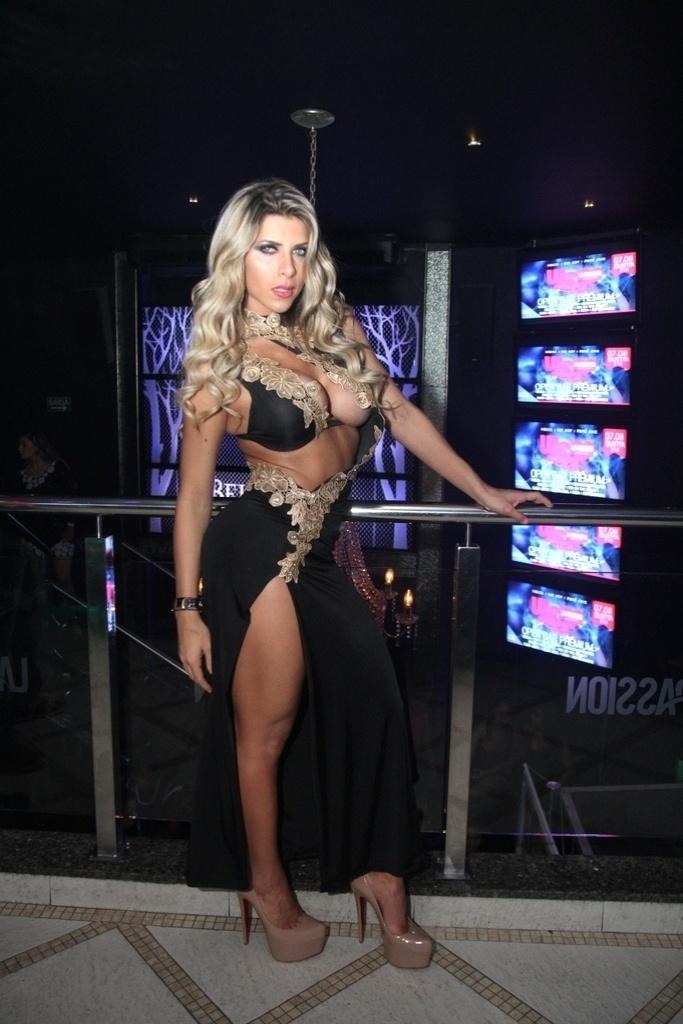 2.ago.2014 - Ana Paula Minerato exibe curvas em vestido preto sensual cheio de decotes durante evento da revista Sexy. A bela é capa da edição de agosto