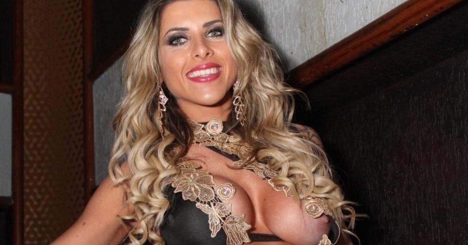 2.ago.2014 - Ao descer as escadas da boate La Passion, no centro do Rio de Janeiro, durante festa da revista Sexy, a musa capa da edição de agosto, Ana Paula Minerato, foi traída pelo vestido ousado e acabou