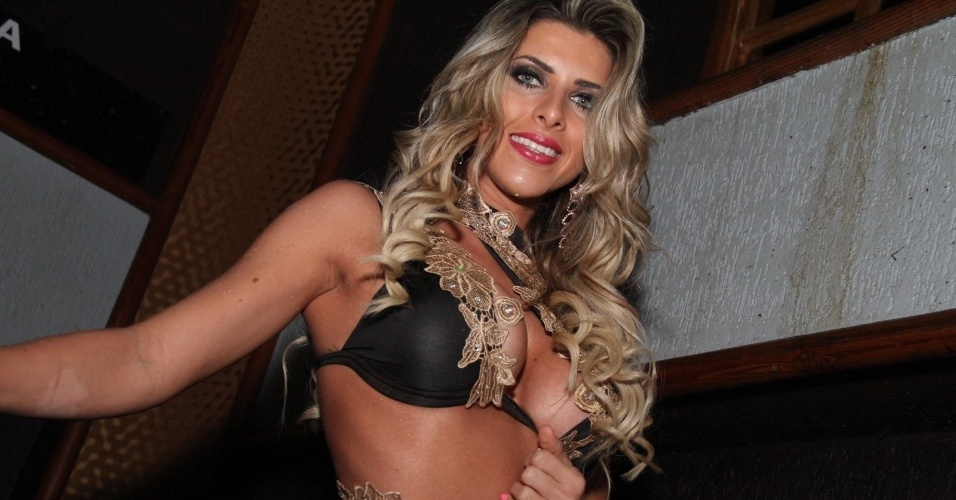 2.ago.2014 - Após mostrar demais, Ana Paula Minerato tentou disfarçar, mas os fotógrafos já haviam clicado o momento em que a gata