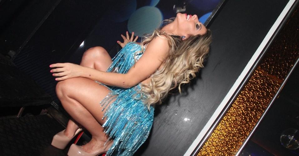 2.ago.2014 - Capa da edição de agosto da Sexy, Ana Paula Minerato dança até o chão durante evento da revista em boate no Rio de Janeiro