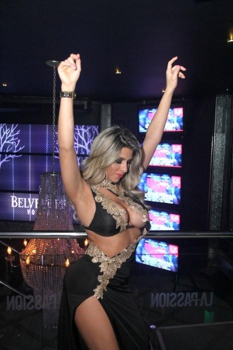 2.ago.2014 - Capa da edição de agosto da Sexy, Ana Paula Minerato dança durante evento da revista em boate no Rio de Janeiro