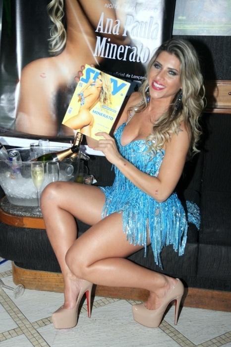 2.ago.2014 - Mais tarde, Ana Paula Minerato trocou de roupa e exibiu um vestido azul de franjas sensual para divulgar seu ensaio nu para a edição de agosto da revista Sexy