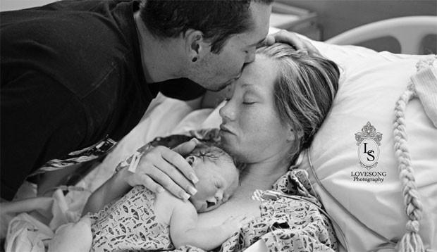 3.ago.2014 - O casal Richard e Emily Staley, que moram na Califórnia (EUA), resolveram prestar uma homenagem para a filha, que nasceu morta. Com o intuito de eternizar a presença da pequena Monroe em suas vidas, os pais contaram com a ajuda de uma fotógrafa para registrar o momento em que o bebê fosse retirado da barriga da mãe. Durante a gestação, Emily notou a falta de movimentos em sua barriga e, após realizar um ultrassom, foi noticiada de que o seu bebê estava morto.