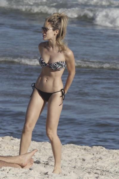3.ago.2014 - Bianca Bin, atriz da novela global ?Boogie Oogie?, exibiu sua boa forma na praia da Barra da Tijuca, no Rio. Ao lado do marido, Pedro Brandão, a gata aproveitou para tomar sol e colocar o bronzeado em dia