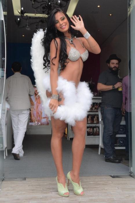 4.ago.2014 - Lorena Bueri posa com apenas um tapa sexo nos mamilos com pena de pavão. A ex-Gata do Paulistão também desfilou com uma lingerie de R$ 10 mil em uma loja de artigos eróticos em São Paulo