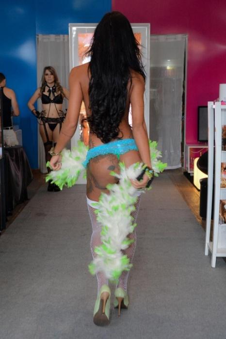 4.ago.2014 - Lorena Bueri posa com um tapa sexo nos mamilos com pena de pavão e uma calcinha transparente azul. A ex-Gata do Paulistão também desfilou com uma lingerie de R$ 10 mil em uma loja de artigos eróticos em São Paulo