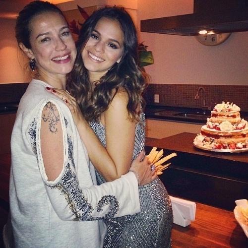 5.ago.2014 - Luana Piovani posa abraçada com Bruna Marquezine, que completou 19 anos nesta segunda-feira (4) em uma festa badalada em uma cobertura em Ipanema, no Rio de Janeiro