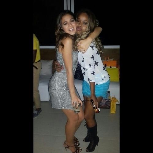 5.ago.2014 - Marquezine abraça a atriz Roberta Rodrigues (dir.) em seu aniversário. Bruna comemorou seus 19 anos nesta segunda (4) com uma festa em uma cobertura em Ipanema no Rio de Janeiro em um festa recheada de famosos