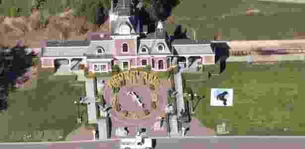 """6.ago.2014 - Michael jackson adquiriu """"Neverland"""", anteriormente conhecida como Sycamore Valley Ranch, em 1988 das mãos do magnata de campos de golfe William Bone por US$ 17,5 milhões, segundo algumas fontes, e até US$ 30 milhões, segundo outras, e deu corda a seus desejos de infância. - EFE - EFE"""