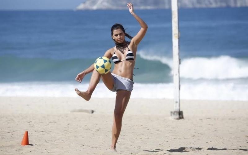 6.ago.2014 - Letícia Wiermann, repórter do Faustão e filha de José Luiz Datena, quase mostrou demais durante treino na praia de Ipanema, no Rio. De shortinho curto, a beldade exibiu corpo impecável