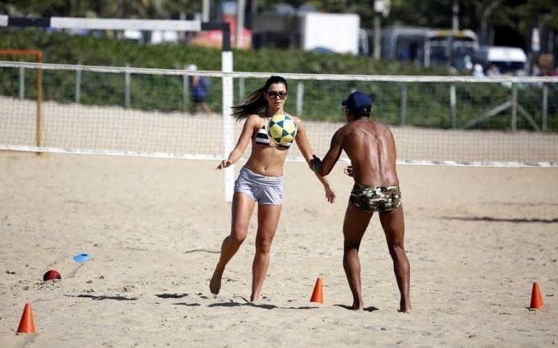 6.ago.2014 - Letícia Wiermann, repórter do Faustão e filha de José Luiz Datena, exibiu a boa forma durante treino na praia de Ipanema, no Rio. De shortinho curto, a gata estava acompanhada de seu personal trainer
