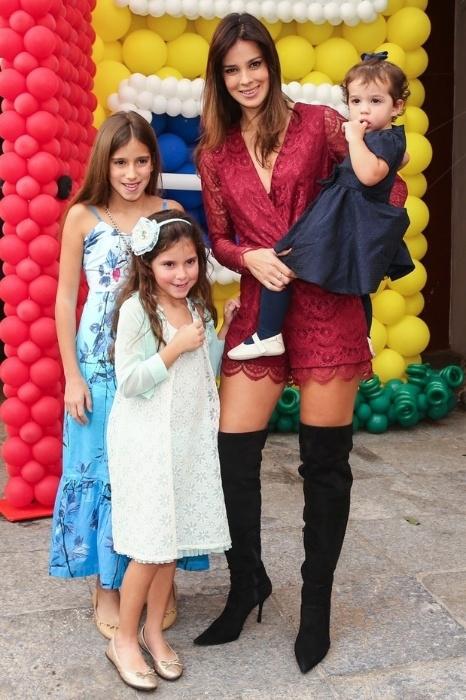 11.ago.2014 - Vera Viel, esposa de Rodrigo Faro, posa com as filhas durante o aniversário de Arthur, filho de Eliana e João Marcelo Bôscoli