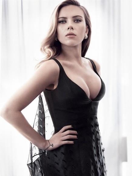 12.ago.2014 - A bela atriz norte-americana Scarlett Johansson posou para um ensaio fotográfico à revista Vanity Fair, em maio deste ano, mas, três meses depois, a publicação divulgou novas fotos da gata. Nas imagens, a atriz abusa do decote em um look elegante