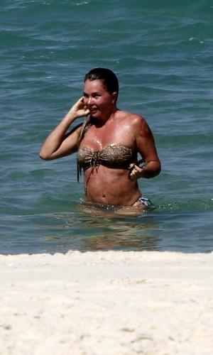 12.ago.2014 - Aos 43 anos, a atriz Cristina Mortágua mostrou que está com tudo em cima após perde cerca de 10 kg com muito exercício e dieta. A gata exibiu suas curvas após renovar o bronzeado e se refrescar no mar da praia da Barra da Tijuca, no Rio de Janeiro