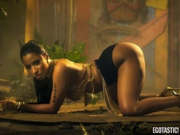 """20.ago.2014 - Nicki Minaj aparece com um figurino provocante em cenas do clipe de """"Anaconda"""", que estará no próximo disco da cantora, """"The Pinkprint"""". O novo álbum mostra que a cantora deixou de lado os hits dançantes para apostar mais no seu lado rapper."""