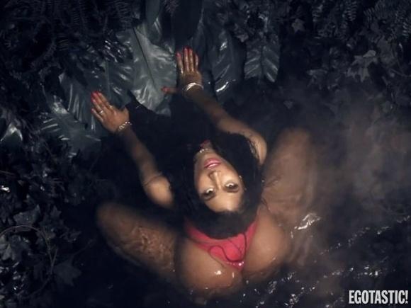 """20.ago.2014 - Nicki Minaj exibe bumbum gigante em dança sensual para o clipe de """"Anaconda""""."""