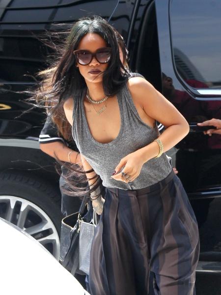 """20.ago.2014 - Rihanna é flagrada sem sutiã durante passeio pelas ruas de nova York (EUA). Com uma blusa de tecido fino, a cantora foi fotografada de """"faróis acesos"""""""