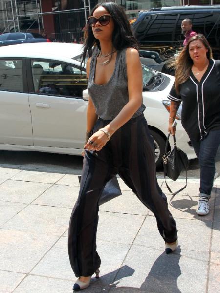 """20.ago.2014 - Rihanna é flagrada sem sutiã durante passeio pelas ruas de nova York (EUA). Com uma blusa de tecido fino, a cantora foi fotografada de """"faróis acesos"""". Parece que o look provocante da diva pop deixou hipnotizado o homem que aparece ao fundo. Como sempre, estilosa e ousada!"""