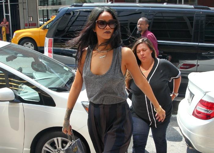 """20.ago.2014 - Rihanna é flagrada sem sutiã durante passeio pelas ruas de nova York (EUA). Com uma blusa de tecido fino, a cantora foi fotografada de """"faróis acesos"""". Parece que o look ousado da diva pop deixou hipnotizado o homem que aparece ao fundo"""