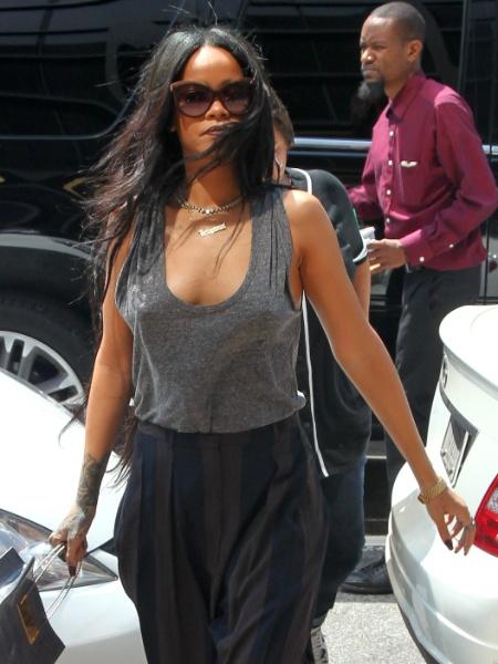 20.ago.2014 - Rihanna sempre dá um jeito de chamar atenção pelos modelitos que veste, mesmo quando o look é, aparentemente, discreto. A cantora foi flagrada sem sutiã durante passeio pelas ruas de nova York (EUA)