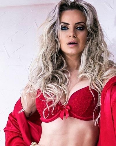 22.ago.201 - Veridiana Freitas estrelou ensaio para uma campanha de lingerie. Nas fotos, a gata encarnou a