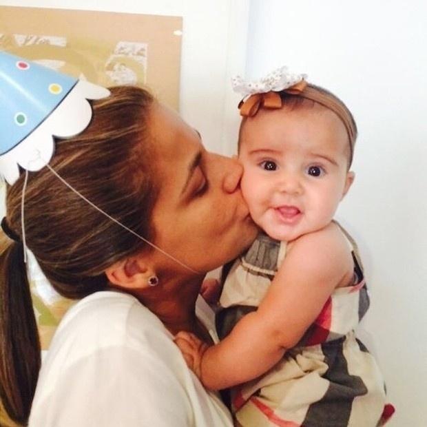 23.ago.2014 - Nívea Stelmann organizou uma festinha para festejar os cinco meses sua filha, Bruna. A atriz postou imagens da comemoração no Instagram. Na foto, Nívea paparica a pequena