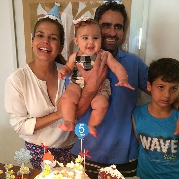 """23.ago.2014 - Nívea Stelmann organizou uma festinha para festejar os cinco meses sua filha, Bruna. A atriz postou imagens da comemoração no Instagram. Nas fotos, ela aparece ao lado dos filhos e do marido, Marcus Rocha. """"Vivaaaaa!!"""", escreveu ela"""