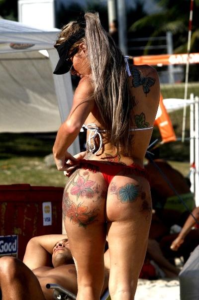 24.ago.2014 - Thalita Zampirolli, a transex que já foi apontada como possível affair do ex-jogador Romário, aproveita tarde de sol para jogar vôlei na praia da Barra da Tijuca, no Rio de Janeiro. De biquíni, a beldade exibiu o bumbum tatuado durante o jogo nas areias do point carioca