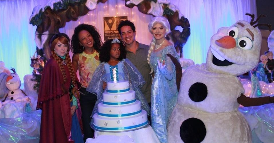 """25.ago.2014 - A animação """"Frozen"""" foi o tema da festa de anievrsário de Sofia, de 5 anos, filha de Negra Li. Na imagem, a garotinha posa ao lado dos pais e das demais princesas da festa"""