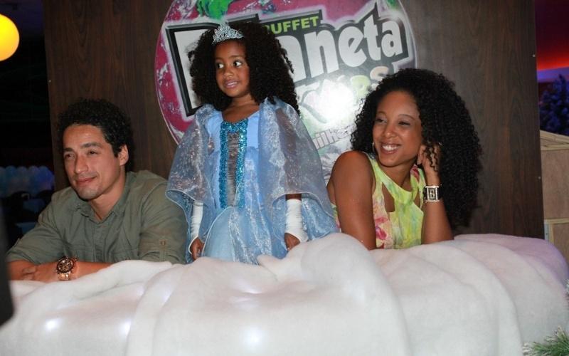 25.ago.2014 - A aniversariante Sofia, de 5 anos, posa entre os pais Junior Dread e Negra Li durante sua festa