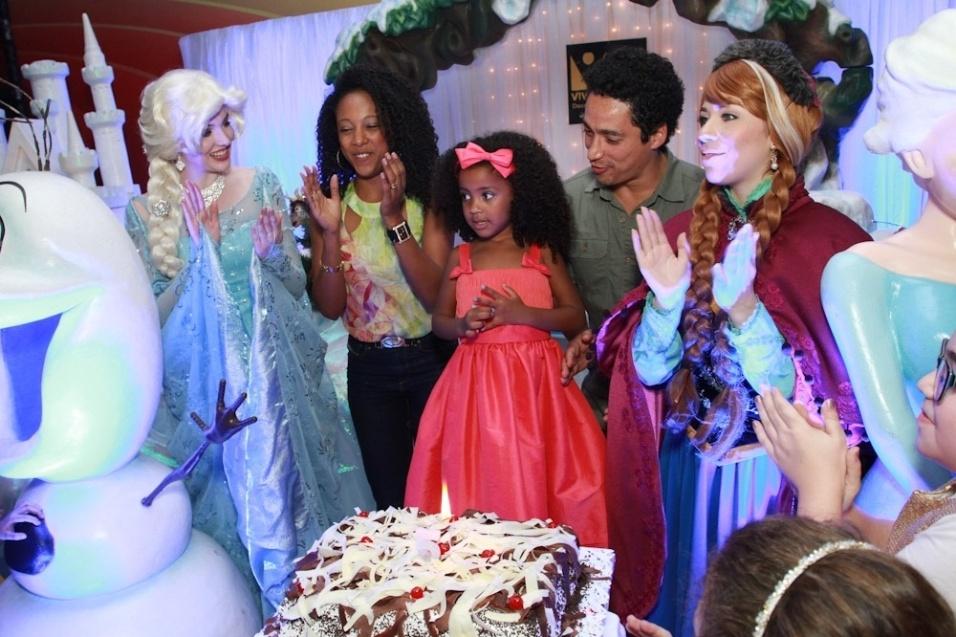 25.ago.2014 - Negra Li e o marido Junior Dread cantam os parabéns para a filha Sofia, de 5 anos