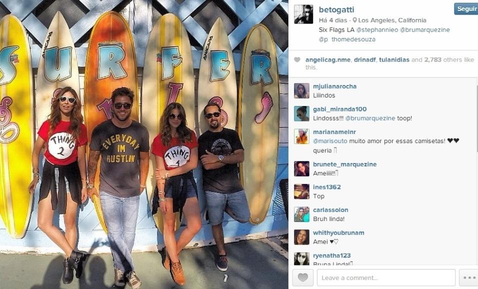 """28.ago.2014 - O fotógrafo Beto Gatti está compartilhando vários momentos ao lado da atriz no Instagram, e os internautas estão adorando a proximidade entre os dois. Separada de Neymar e participando das gravações do longa """"Breaking Through"""", em Los Angeles (EUA), a gata tem sido a companha infalível de Beto (esq.)"""