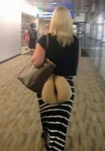 Ela estava carregando algo e acabou sendo fotografada em um ângulo bem estranho. Parece até que está com o bumbum à mostra... mas, lembre-se, as aparências enganam!