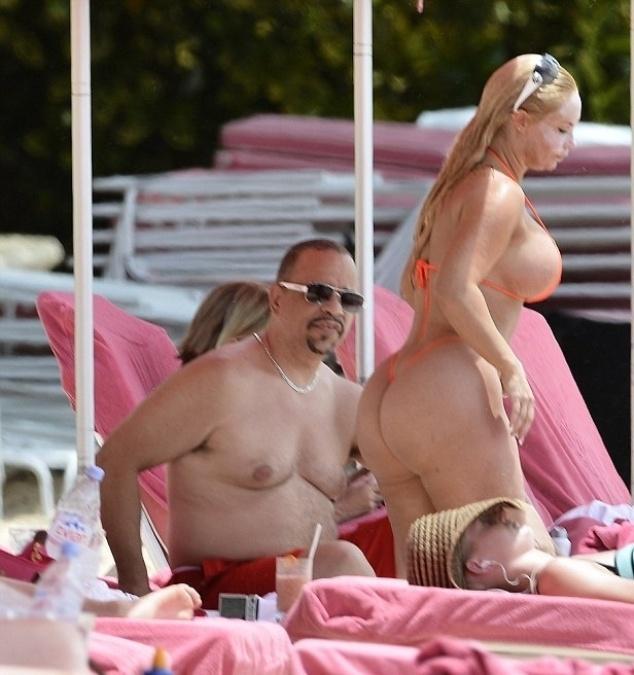 """29.ago.2014 - Coco Austin resolveu copiar o estilo de Nicki Minaj, no clipe """"Anaconda"""", e usou um biquíni bastante ousado. A peça fio-dental chamou a atenção dos fotógrafos, que clicaram a loira ao lado do marido, o ator Ice T, em uma praia de Barbados"""