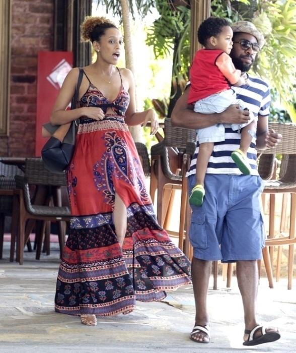 31.ago.2014 - Grávida pela segunda vez, Tais Araújo almoçou com o marido, o ator Lázaro Ramos, e o filho, João Vicente, na churrascaria Porcão, no Rio de Janeiro. A atriz está no terceiro mês de gestação e espera uma menina