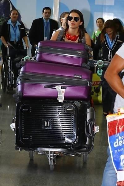 """2.set.2014 - Após um mês na Califórnia (EUA), onde esteve para  filmar """"Breaking Through"""", Bruna Marquezine desembarcou no Rio de Janeiro. No desembarque, a atriz chamou atenção pela quantidade de malas"""