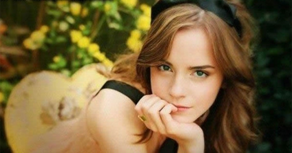 Opa! A atriz Emma Watson, a Hermione de Harry Potter, posou com o popozão empinado? Não! É apenas o ângulo e alguma coisa no fundo da imagem