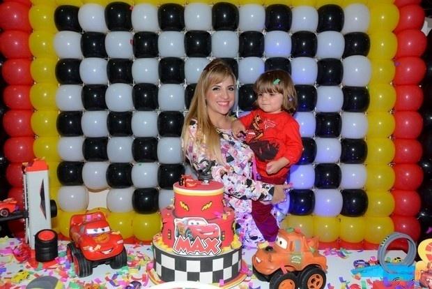 7.set.2014 - A ex-BBB Clara Aguilar comemorou os dois aninhos do filho Max em um casa de festa em São Paulo. Além da família, a ex de Clara também esteve presente. Atualmente apenas amiga da mãe do menino, Vanessa brincou e curtiu bastante a festinha