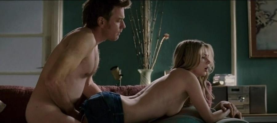 """7.set.2014 - Michelle Williams protagonizou cenas quentes no filme """"Incendiário"""". Depois de deixar os seios à mostra, a atriz passou por uma cena de sexo com o ator Ewan McGregor"""