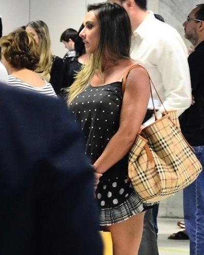 8.set.2014 - Com microvestido transparente, Nicole Bahls deixou o sutiã à mostra ao desembarcar no aeroporto Santos Dumont, no Rio