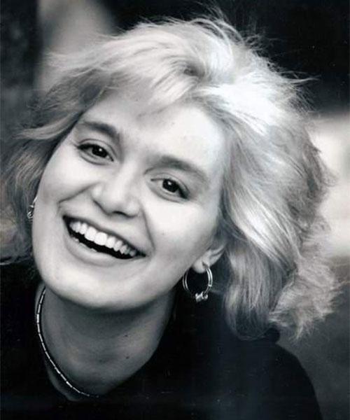 """20.out.1995 - A atriz Chris Pitsch morreu aos 24 anos após um infarto. Chris sofria de uma condição chamada cardiopatia congênita. Ela viveu Bárbara no núcleo jovem da novela """"A Viagem"""", da TV Globo. Aquela foi a sua primeira e última participação em uma novela"""