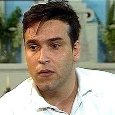 """26.jul.1996 - O ator Luiz Maçãs morreu aos 33 anos, no Rio de Janeiro. As causas da morte não foram esclarecidas pela família. Sabia-se apenas que o ator, que interpretou Cadelão na série """"Engraçadinha"""" em seu último trabalho, estava fazendo um regime para perder 20 quilos e sofria de depressão. A princípio, jornais e parte da mídia trabalharam com a hipótese de parada cardíaca"""