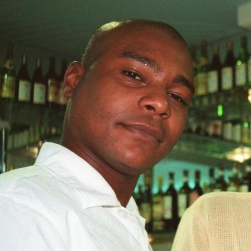 """4.abr.2004 - O ator Fernando Almeida, que participou de novelas como """"Vale Tudo"""" e """"A Padroeira"""", ambas da TV Globo, foi morto a tiros após um desentendimento na saída de um baile funk, no Rio de Janeiro. Fernando tinha 29 anos"""
