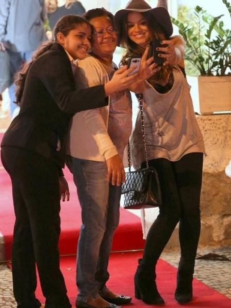 5.set.2014 - Bruna Marquezine passou a tarde de sexta-feira (5) em um salão de beleza no Leblon, no Rio. A atriz, que estava com os cabelos escuros, fez mechas e manutenção no corte. Na imagem, Bruna posa com fãs após a transformação