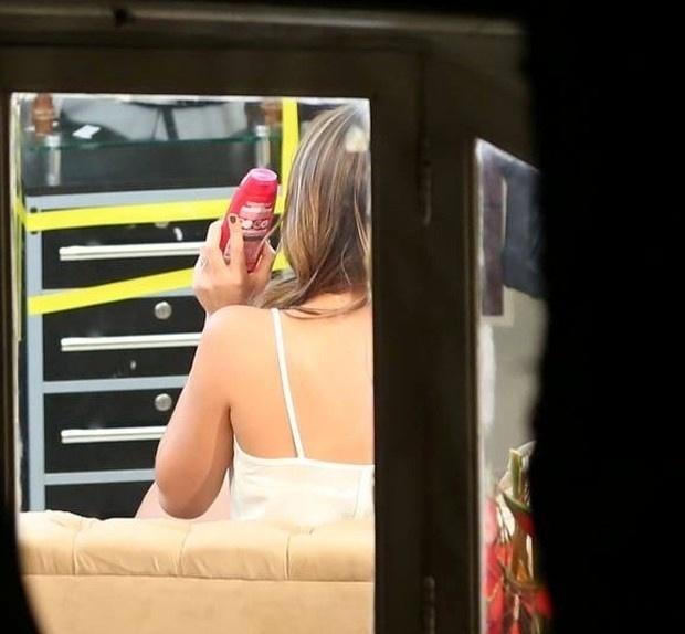 5.set.2014 - Bruna Marquezine passou a tarde de sexta-feira (5) em um salão de beleza no Leblon, no Rio. A atriz, que estava com os cabelos escuros, fez mechas e manutenção no corte. Na imagem, Bruna é flagrada durante a transformação