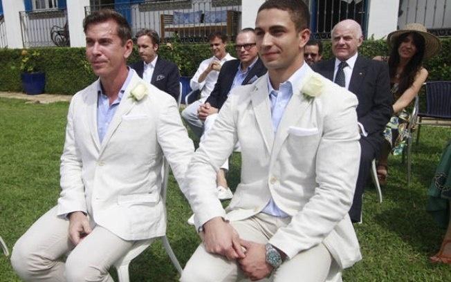 9.set.2014 - O brasileiro Henrique Mollica se casou com Giulio Durini di Monza, um príncipe italiano, e agora é membro da nobreza do país europeu. O casório aconteceu em uma mansão no Rio de Janeiro, após três anos de namoro, em uma cerimônia íntima com cerca de 14 convidados.